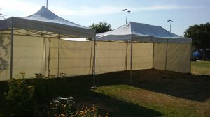 Carpas plegables 3X3 y 6x3 unidas con una pared lateral.