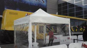 Carpa 3x3 con lonas laterales transparentes.