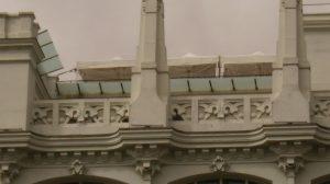 Carpas plegables en terraza singular.